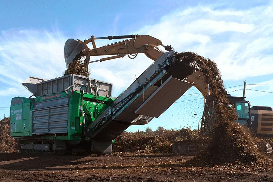 Crambo dual-shaft shredder processing green waste