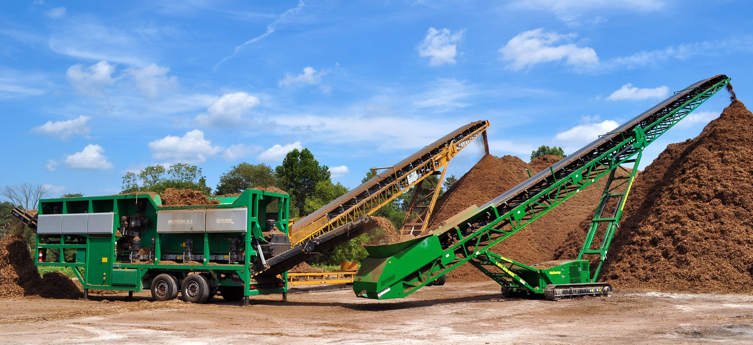 The Komptech Multistar XL3 star screen processing mulch at a commercial mulch facility.