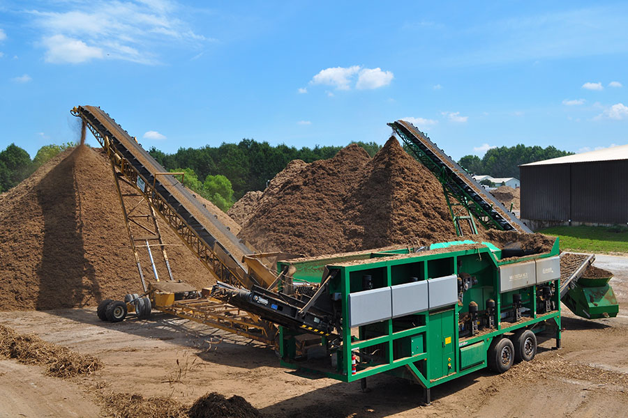 The Komptech Multistar XL3 star screen processing mulch at a commercial production facility