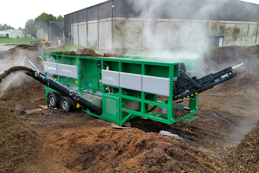 The Komptech Multistar XL3 star screen processing mulch to three fraction output.